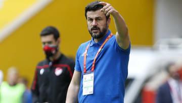 Ali Tandoğan oyuncularına uyarılarda bulunuyor.