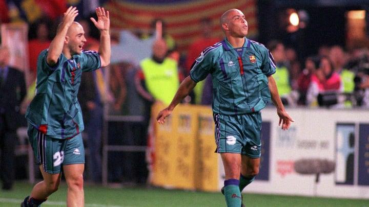 Spielte nur eine Saison für Barça: Ronaldo (hier mit Iván de la Peña)