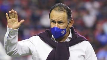 El peruano Juan Reynoso, técnico de Cruz Azul, apunta para el bicampeonato de Liga MX, pero viene un calendario complicado.