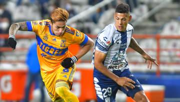 Carlos Salcedo (Tigres) y el argentino Mauro Quiroga (Pachuca) durante el Torneo Guard1anes 2021.
