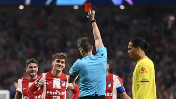 Griezmann vio una roja al comienzo de la segunda parte y Hermoso provocó un penalti
