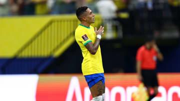 Atacante do Leeds estreou como titular e fez dois gols