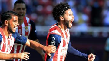 César Huerta celebra un gol con las Chivas del Guadalajara.