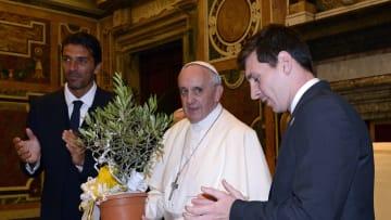 Messi en su visita al Papa Francisco, con la presencia de Gianluigi Buffon