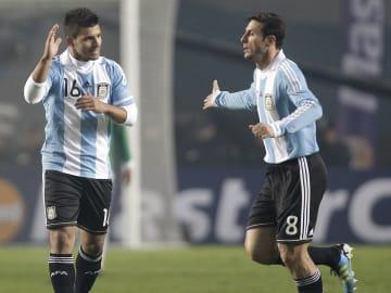 Sergio Agüero y Javier Zanetti en la Copa América 2011