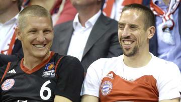 Die beiden früheren FCB-Profis Franck Ribery (rechts) und Bastian Schweinsteiger (links) beim Besuch eines Spiels der Basketballabteilung.