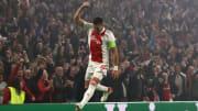 Die Siegerpose des Abends kam von Ajax-Kapitän Dusan Tadic