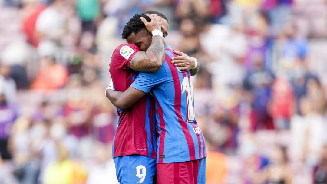 Ansu Fati y Memphis Depay se funden en un abrazo