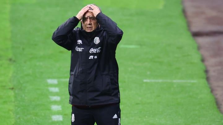 El entrenador Gerardo Martino se lamenta en un partido.
