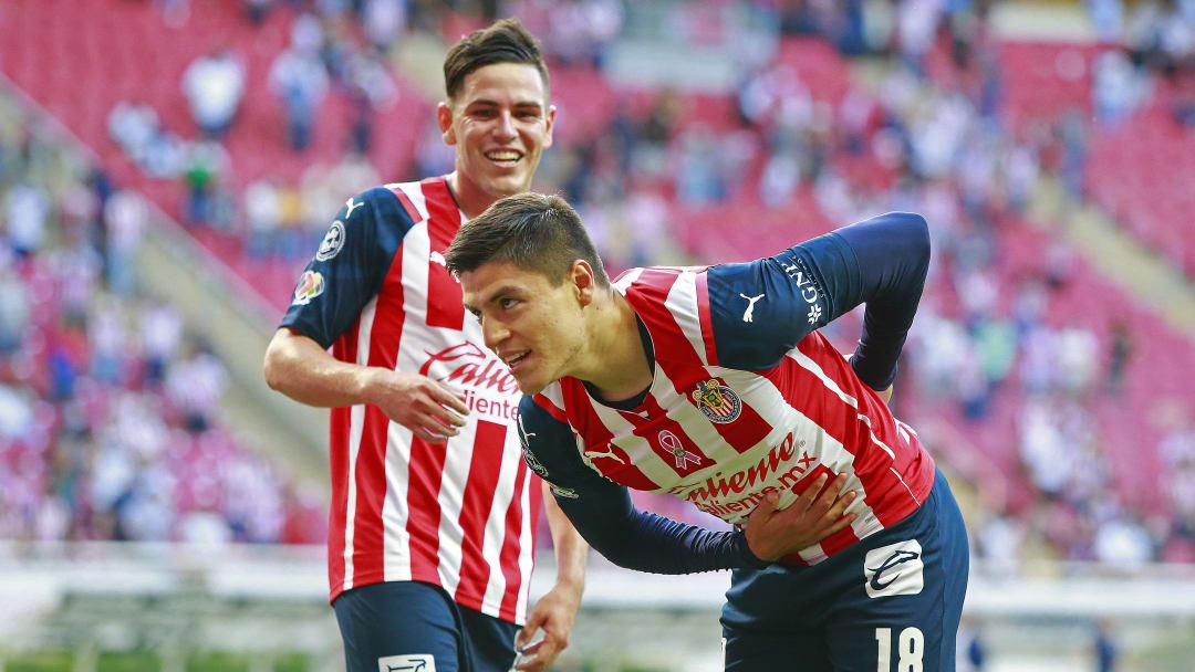 Ronaldo Cisneros selló el triunfo 2-0 de Chivas sobre Toluca.