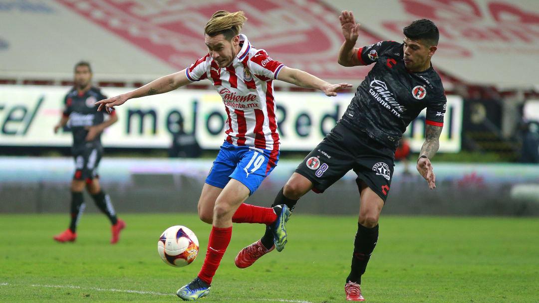 Jesús Angulo en la pelea de una pelota ante Esteban Pavez.