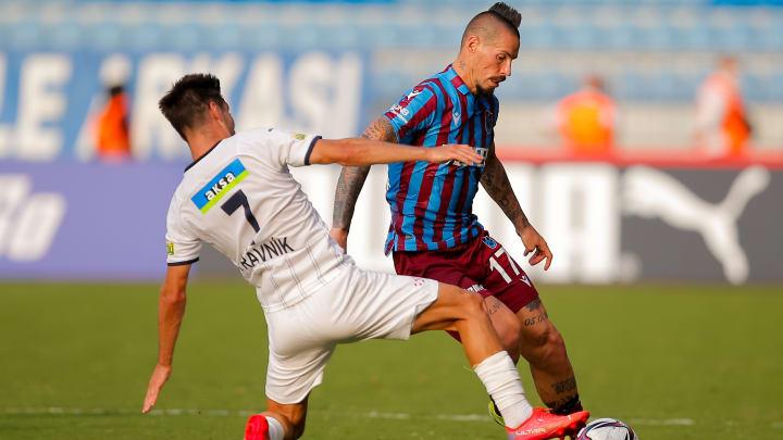 Marek Hamsik, Michal Travnik'ten sıyrılmaya çalışıyor.