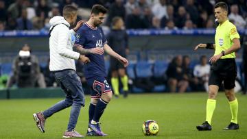 Lionel Messi stoppé dans son élan par un supporter.