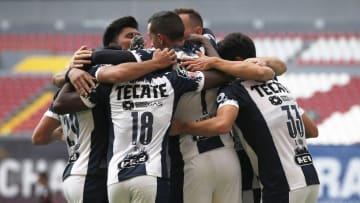 Jugadores de Rayados de Monterrey celebran un gol.