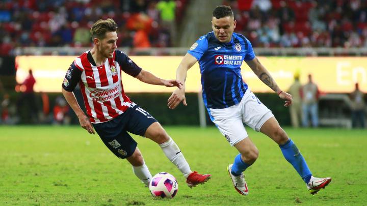 Jonathan Rodríguez y Jesús Angulo en la pelea de un balón.