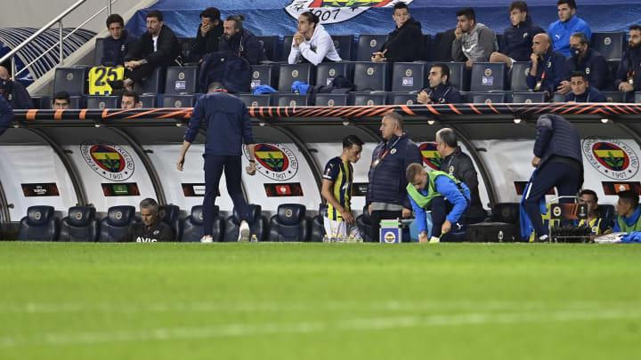 Mesut Özil kulübeye oturuyor.