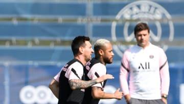 Pochettino observa cómo entrenan Messi y Neymar.