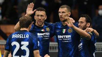L'Inter festeggia il gol di Dzeko alla Juventus