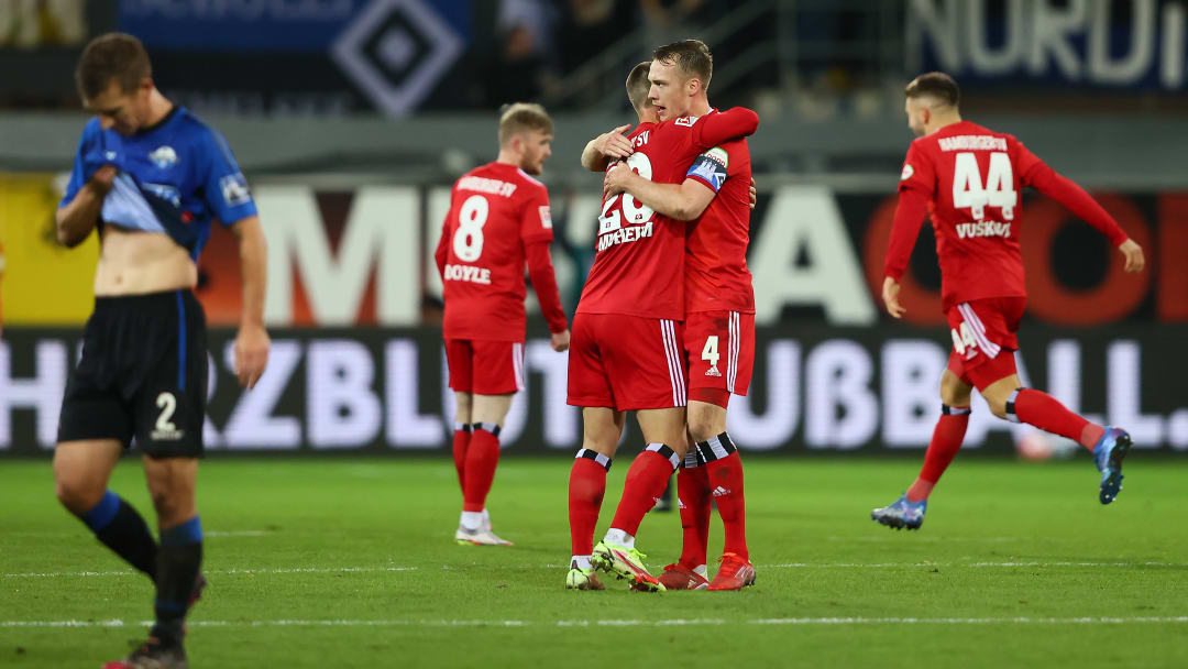 Schonlau und Muheim bejubeln den späten Sieg der Hamburger. Im Hintergrund freuen sich Doyle (Nr. 8) und Vuskovic