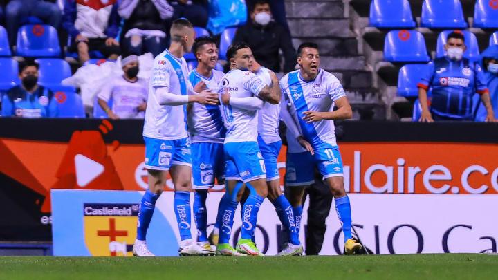 Jugadores del Puebla celebran un gol.