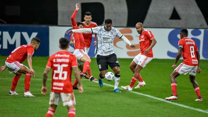 Internacional e Corinthians disputam vaga no G-6 do Campeonato Brasileiro.