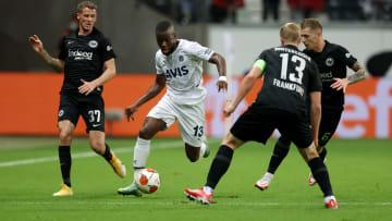 Enner Valencia, Eintracht Frankfurt savunmasının arasında