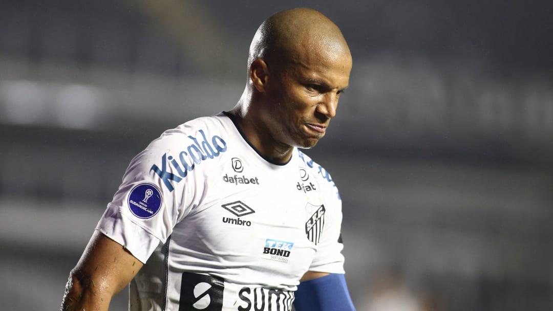 Sánchez desfalca o Santos diante do Atlético-MG.