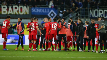 Die HSV-Spieler feiern den Sieg gegen Paderborn