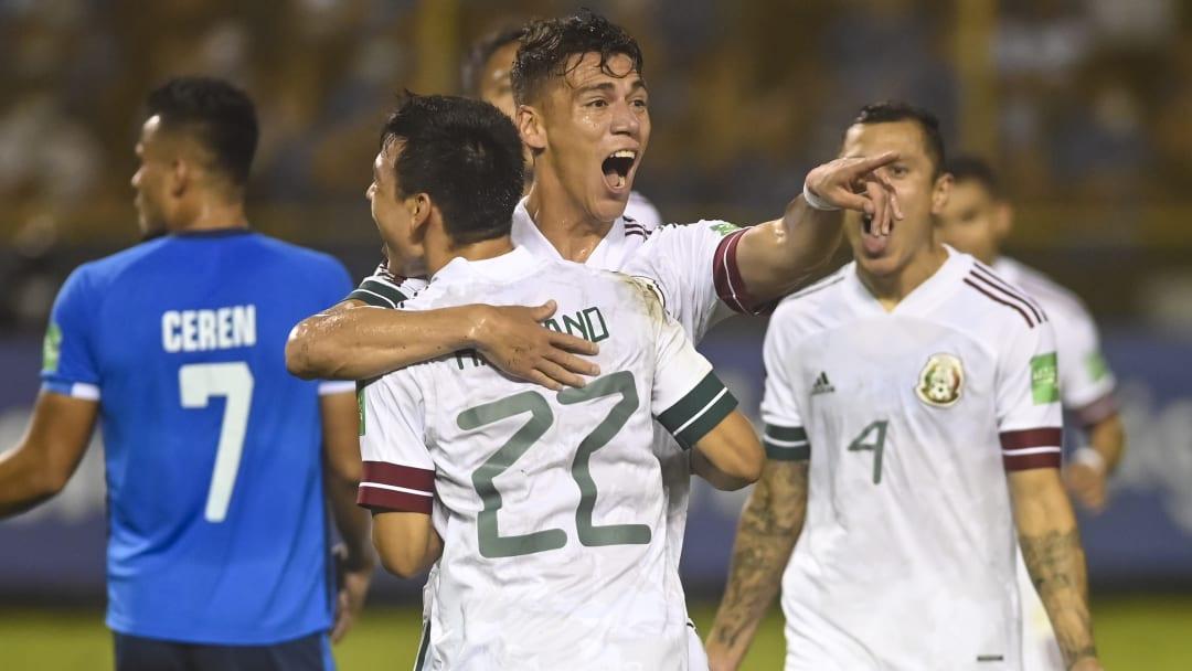 Héctor Moreno e Hirving Lozano se abrazan tras haber marcado el primer tanto frente a El Salvador.