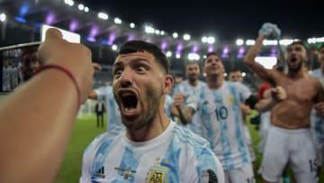 """El """"Kun"""" festeja la Copa América ganada con la Argentina."""