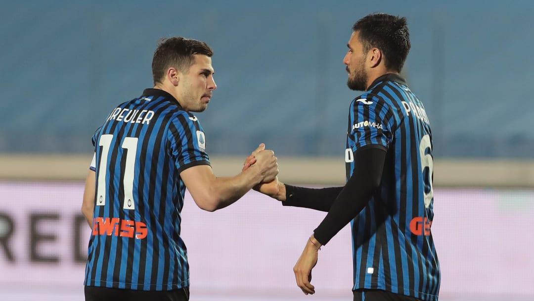 Freuler e Palomino festeggiano dopo il goal del centrale