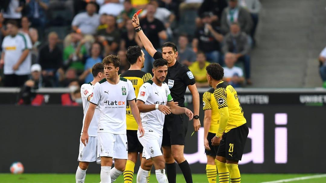 Der Aufreger des Spiels: Deniz Aytekin stellt Mo Dahoud vom Platz