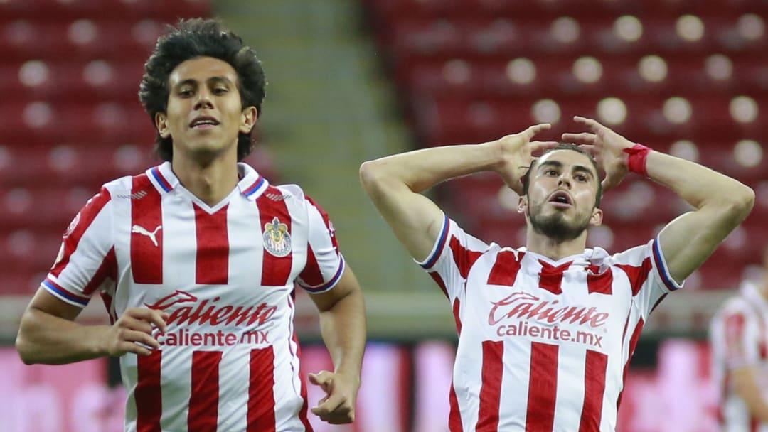 José Juan Macías y Alejandro Mayorga se lamentan tras fallar una opción clara de gol.