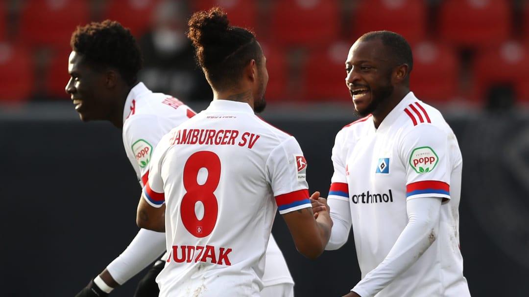 strahlende Gesichter - der HSV gewinnt nach Rückstand in Braunschweig