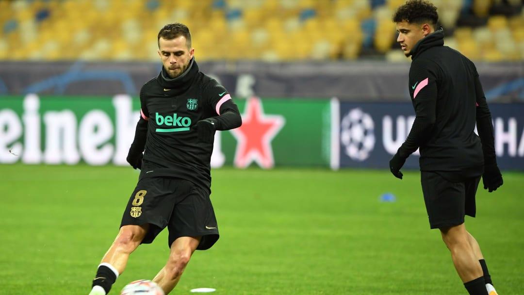 Coutinho y Pjanic calentando en un partido de Champions con el Barça