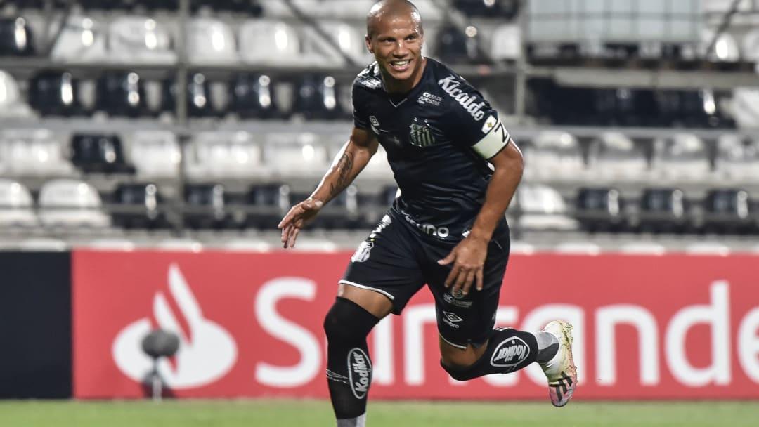 Carlos Sánchez jugando en Santos de Brasil