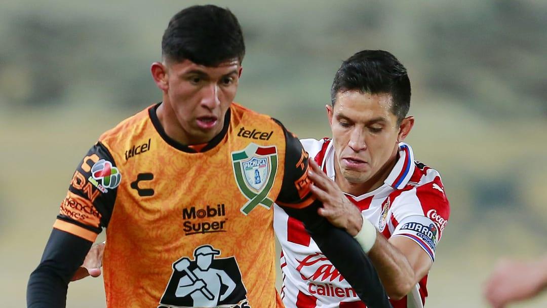 Bryan González y Jesús Molina disputan el esférico en el Chivas contra Pachuca de la temporada regular.