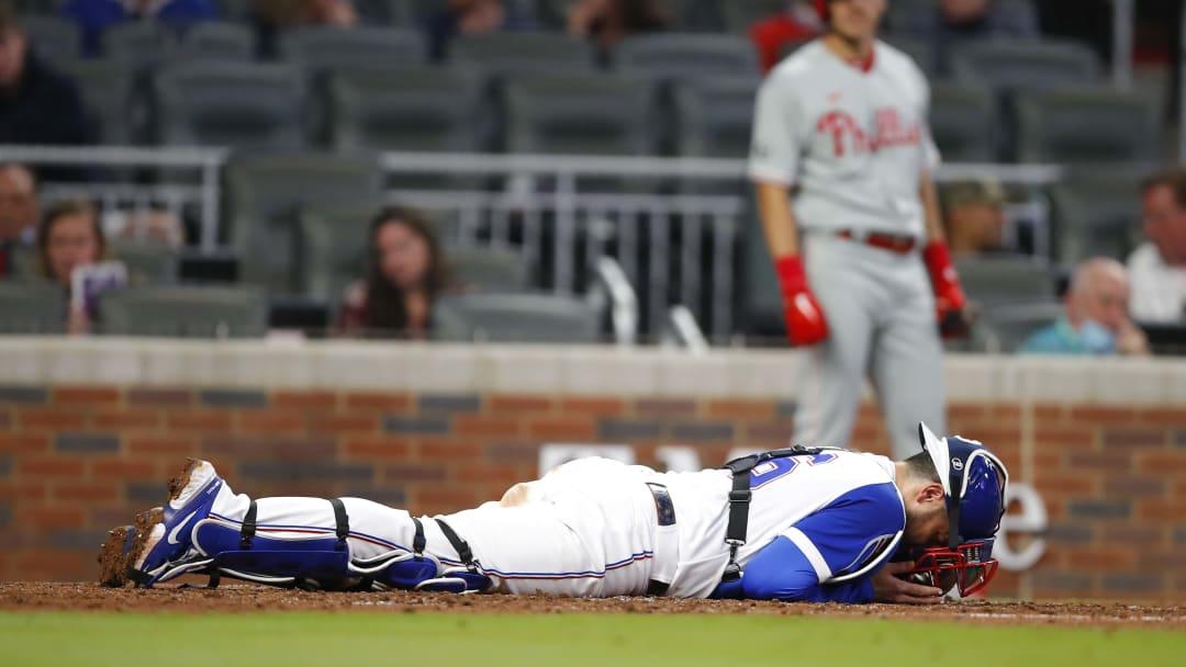 El catcher de los Bravos, Travis D'Arnaud, protestó la decisión del umpire de home