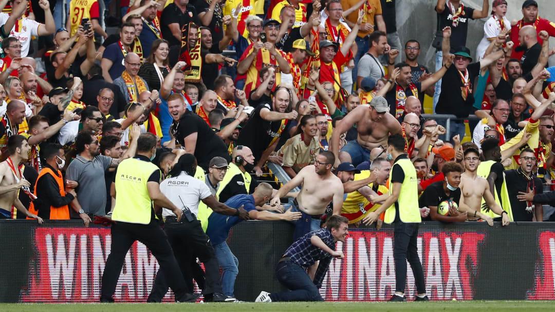 Des supporters envahissent le terrain lors de Lens-Lille.