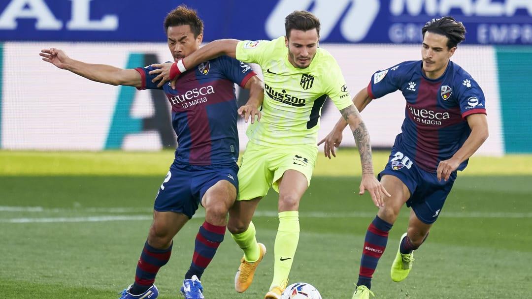Intenso partido entre el Huesca y el Atlético de Madrid