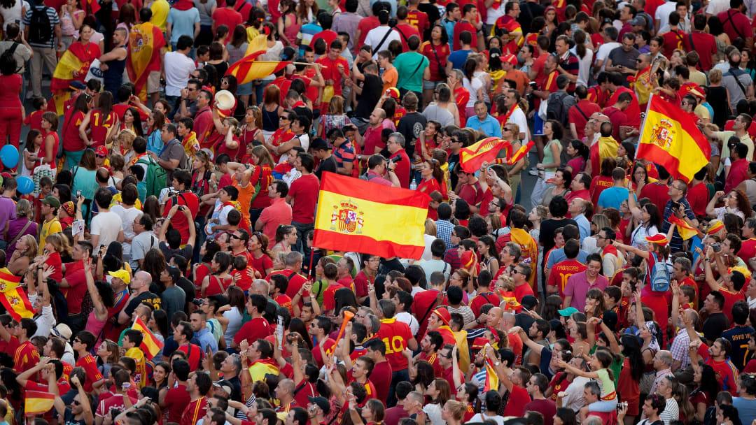Tribünlerde İspanya bayrağı.