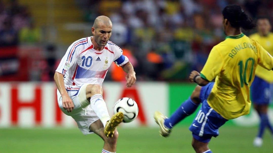 Zinedine Zidane et Ronaldinho, deux des  joueurs les plus emblématiques des années 2000 et de l'histoire du football