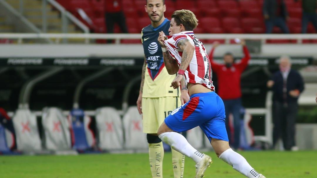 Cristian Calderón celebra un gol con las Chivas del Guadalajara.