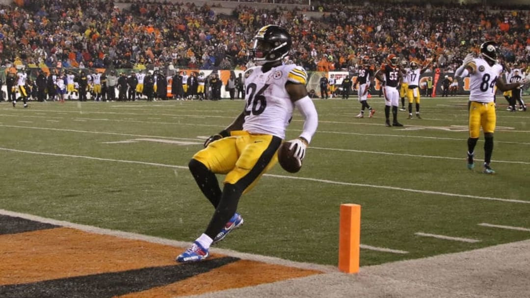 CINCINNATI, OH - DECEMBER 04: Le'Veon Bell #26 of the Pittsburgh Steelers runs into the endzone for a touchdown against the Cincinnati Bengals during the second half at Paul Brown Stadium on December 4, 2017 in Cincinnati, Ohio. (Photo by John Grieshop/Getty Images)