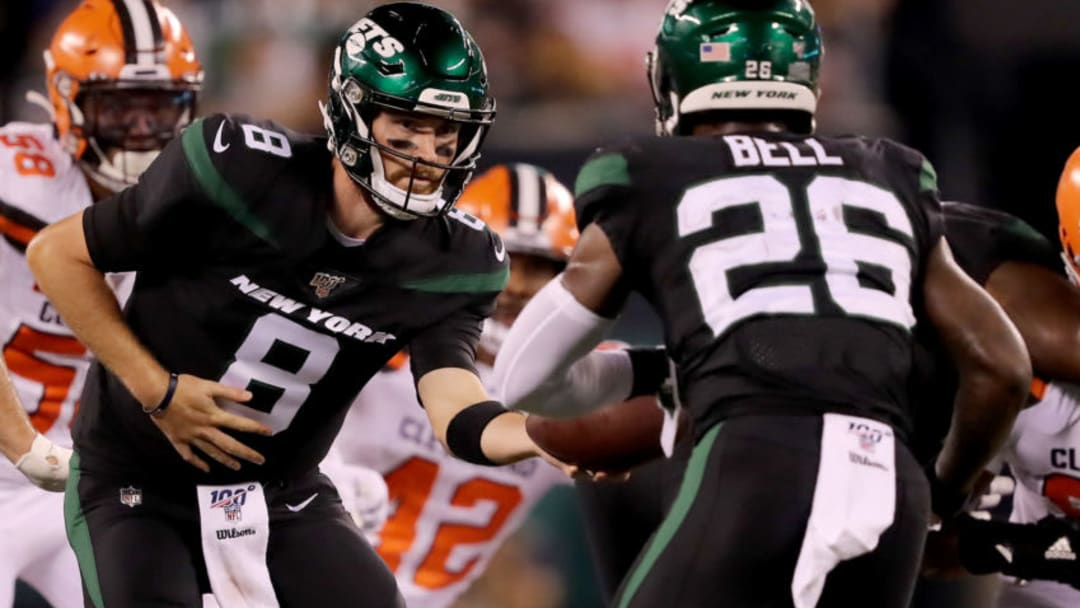EAST RUTHERFORD, NEW JERSEY - SEPTEMBER 16: Luke Falk #8 of the New York Jets hands the ball off to Le'Veon Bell #26 in the second quarter against the Cleveland Browns at MetLife Stadium on September 16, 2019 in East Rutherford, New Jersey. (Photo by Elsa/Getty Images)