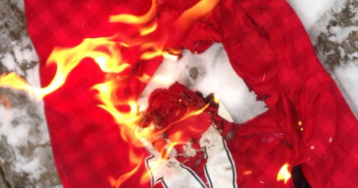 SỐC: CĐV M.U tức giận lôi đình, đốt áo CLB và gửi lời cảnh báo