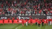 Die Spieler von Union Berlin feiern mit ihren Fans.
