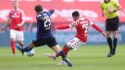 Der Mainzer Phillipp Mwene (r.) gegen Berlins Lucas Tousart.