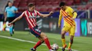Pedri disputando un balón con Marcos Llorente