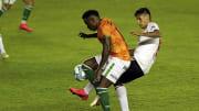 Banfield v River Plate - Copa Liga Profesional 2020 - Angileri y Cuero se disputan la pelota.